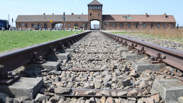 Oświęcim. Policjanci poszukują sprawcy dewastacji baraków obozowych na terenie Auschwitz II - Birkenau