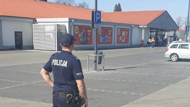 Oświęcim. Policjanci przypominają, aby w trakcie świątecznych zakupów pamiętać o bezpieczeństwie