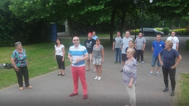 Oświęcim. Radni miejscy robią pompki w akcji Gaszyn Challenge