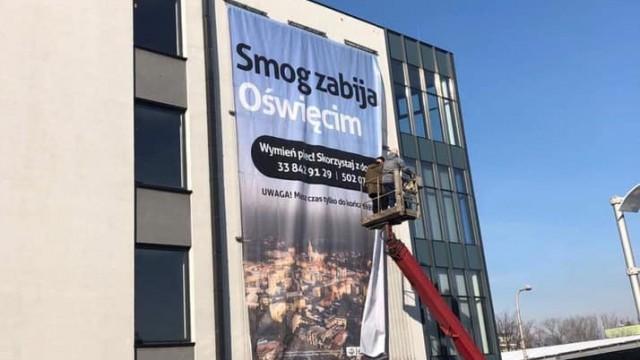 OŚWIĘCIM. Smog zabija Oświęcim – taki napis widnieje na banerze, który zawisł przy Dąbrowskiego