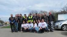 """Oświęcim. Uczniowie,  motocykliści oraz policjanci złączyli siły i promowali akcje Transplantacja. Drugie życie"""" oraz """"Patrz w lusterka. Motocykle są wszędzie""""."""