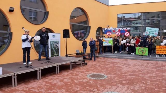 """Oświęcim. Uczniowie z oświęcimskich szkół edukowali kierowców. Podsumowanie kampanii """"No promil-No problem"""""""
