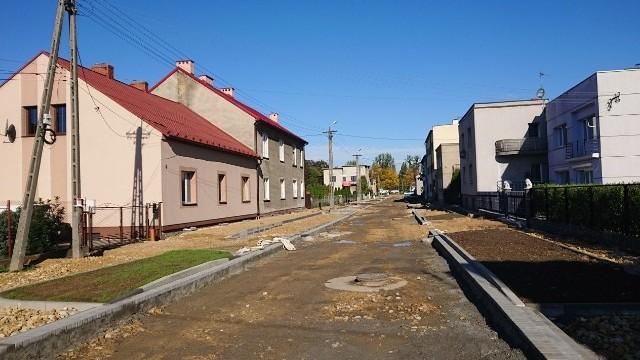 OŚWIĘCIM. Ul. Orzeszkowej bez alsfaltu i chodników, robotnicy opuścili budowę