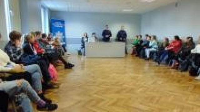 """Oświęcim. """"Zagrożenia w sieci"""".  Profilaktyczne spotkanie w oświęcimskiej komendzie Policji z uczniami  Szkoły Podstawowej w Laskowej"""