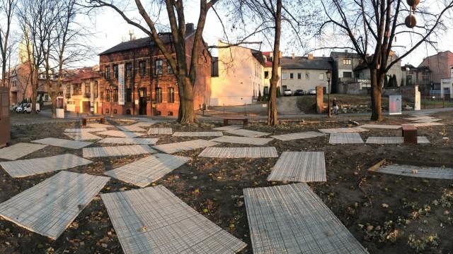 OŚWIĘCIM. Zdjęcia Parku Pamięci w miejscu po Wielkiej Synagodze