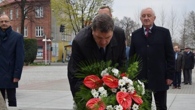 Oświęcim. Złożono kwiaty i zapalono znicze jako wyraz pamięci o ofiarach katastrofy lotniczej pod Smoleńskiem