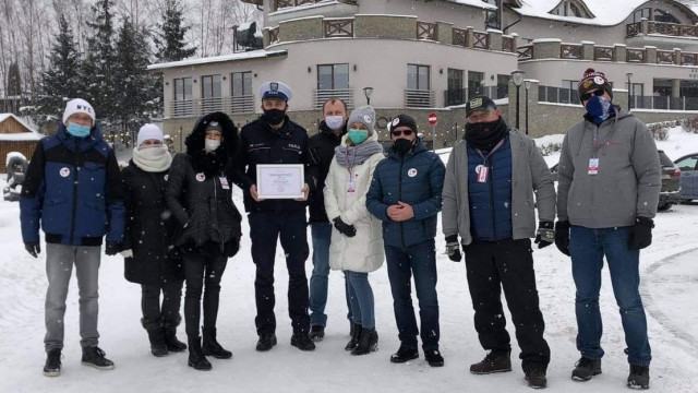 """Oświęcimski policjant asp.sztab. Michał Piszczek, otrzymał tytuł """"Pozytywna Osoba"""" w podziękowaniu za pomoc w transporcie Nikolki"""