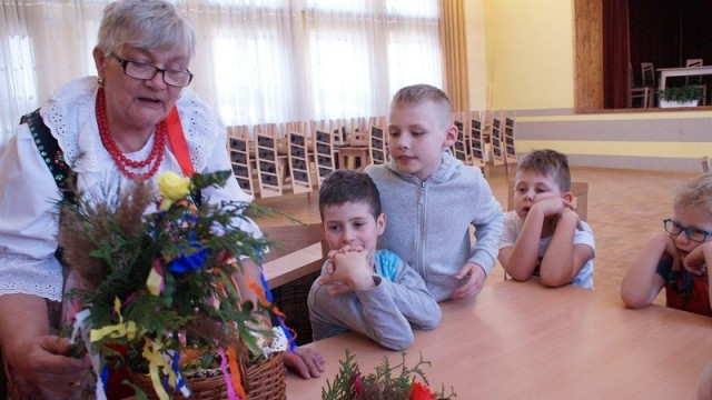 Panie z Koła Gospodyń Wiejskich uczyły dzieci robienia palm - InfoBrzeszcze.pl