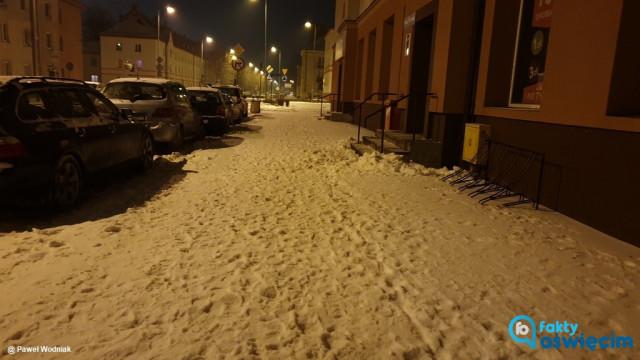 Piesi grzęzną w śniegu na chodnikach