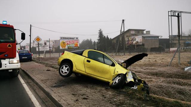 Pijany kierowca uderzył w słup telekomunikacyjny. Drogowy przestępca został obywatelsko zatrzymany