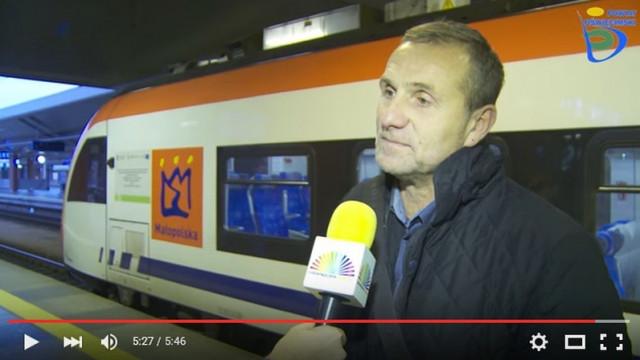 Pociągiem do Krakowa, pasażerów sporo (WIDEO)