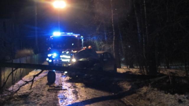 Podejrzany o jazdę w stanie nietrzeźwości, zderzenie z drzewem mógł przypłacić życiem