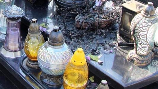 Podpalali nagrobki i kontenery na cmentarzu – FOTO