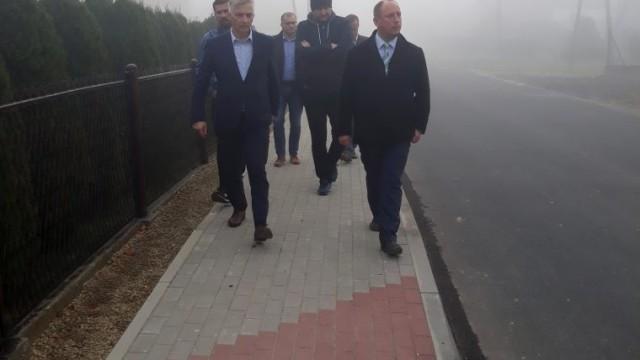 Pół kilometra nowego chodnika przy drodze powiatowej w Malcu