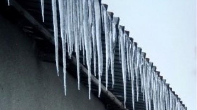 Policja przypomina o obowiązku usuwania sopli oraz śniegu z dachów