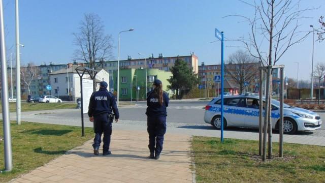 Policjanci czuwają nad bezpieczeństwem i apelują o stosowanie się do zaleceń - InfoBrzeszcze.pl