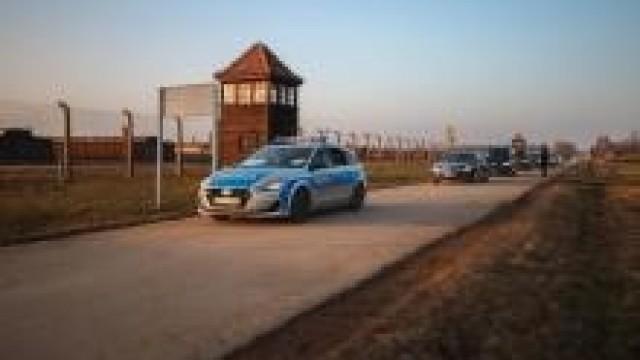 Policjanci dbali o bezpieczeństwo podczas 75. rocznicy wyzwolenia, byłego niemieckiego, nazistowskiego obozu koncentracyjnego i zagłady Auschwitz-Birkenau