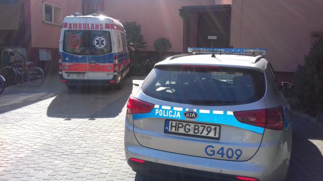 Policjanci i ratownicy medyczni wyważyli drzwi, aby ratować seniorkę z zadymionego mieszkania !