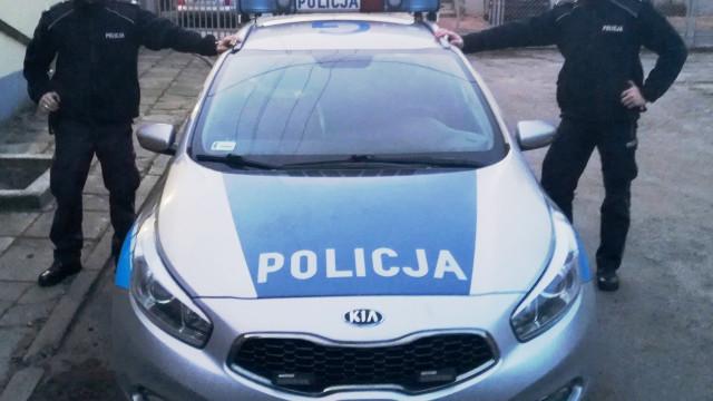 Policjanci oraz strażnik więzienny uratowali życie kierowcy ! FILM !
