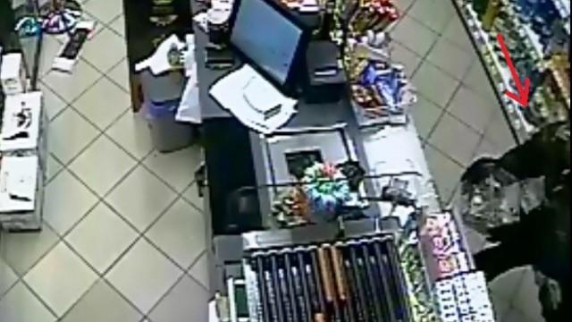 Policjanci poszukują mężczyzny podejrzanego kradzież skarbonki z datkami na leczenie chorego dziecka