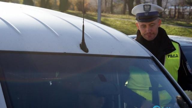Policjanci skontrolują autokary