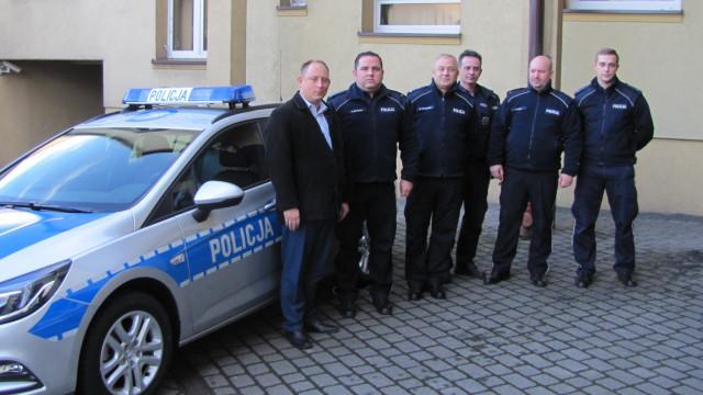 Policjanci z Kęt otrzymali nowy, oznakowany radiowóz.