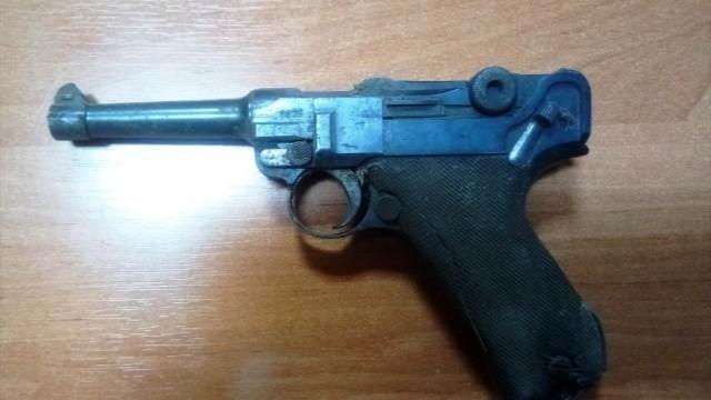 Policjanci zabezpieczyli pistolet z 1918 roku