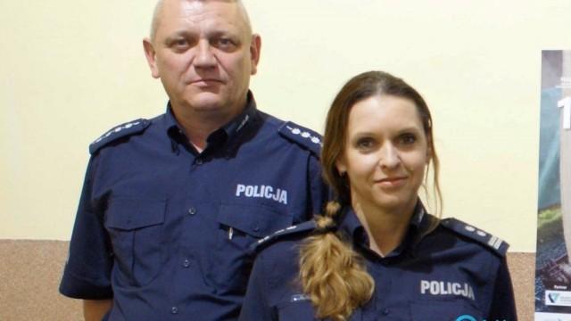 Policjant na rękach wyniósł seniorkę z zadymionego domu