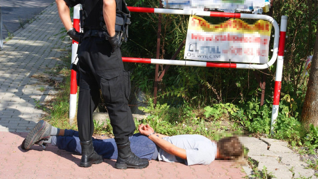 Policjant w czasie wolnym od służby zareagował na zagrożenie w ruchu drogowym, a ujawnił przestępstwa. ZDJĘCIA!