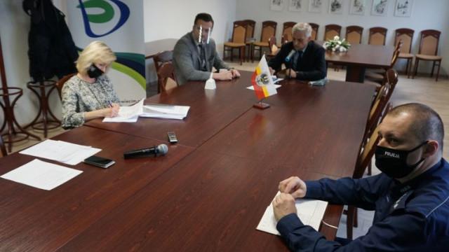 Posiedzenie Powiatowego Zespołu Zarządzania Kryzysowego. Kontrole i wnioski po pożarze w Synthosie