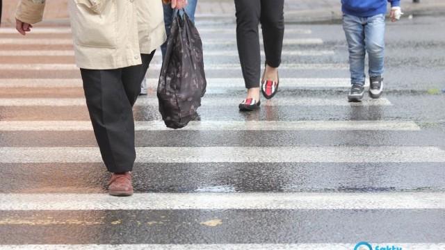 Potłuczony pieszy, rozbite samochody
