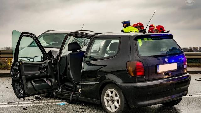 Poważny wypadek na DK44. Strażacy użyli narzędzi hydraulicznych do ewakuacji jednej osoby. ZDJĘCIA!