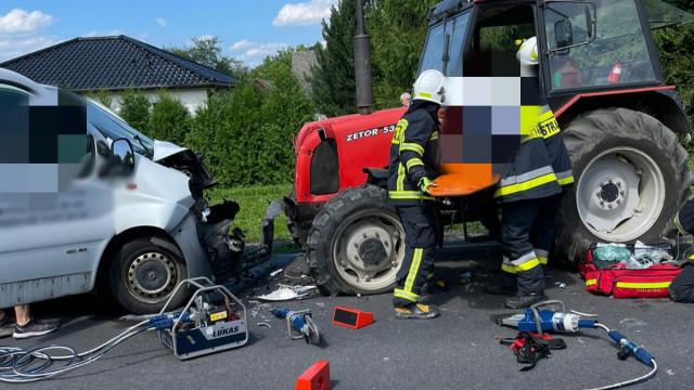 Poważny wypadek w Osieku. Bus zderzył się z ciągnikiem rolniczym – ZDJĘCIA!