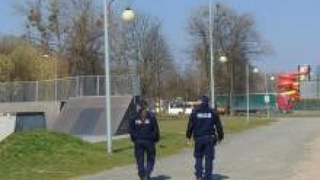 Powiat oświęcimski. Policjanci czuwają nad bezpieczeństwem i apelują o stosowanie się do zaleceń związanych z przeciwdziałaniem epidemii koronawirusa