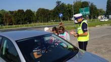 Powiat oświęcimski.  Policjanci i uczniowie  we wspólnej akcji  na rzecz bezpieczeństwa dzieci na drogach