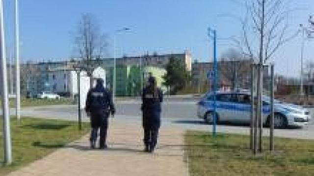 Powiat oświęcimski. Policjanci przypominają i apelują o przestrzeganie obostrzeń wprowadzonych w celu przeciwdziałania rozprzestrzeniania się epidemii