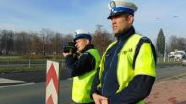 Powiat oświęcimski. Policjanci zatrzymali  dwa prawa jazdy kierującym, którzy przekroczyli prędkość o ponad 50 km/h