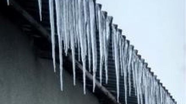 Powiat oświęcimski.  Przypominamy  o obowiązku usuwania sopli oraz śniegu z dachów