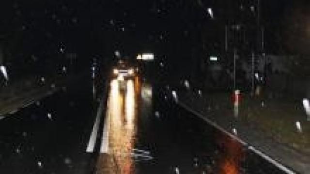 Powiat oświęcimski. Trudne warunki  drogowe, groźne dla kierowców oraz pieszych