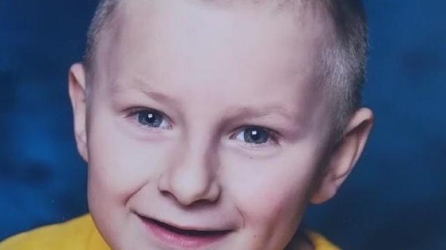 POWIAT. Zaginął Hubert Jarosz z Pław. Policjanci i strażacy poszukują 6-latka chorego na autyzm