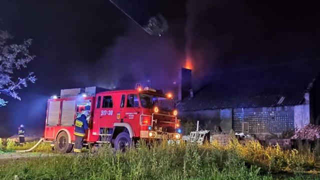Pożar budynku gospodarczego w Rajsku. W akcji kilka zastępów straży pożarnej – ZDJĘCIA!