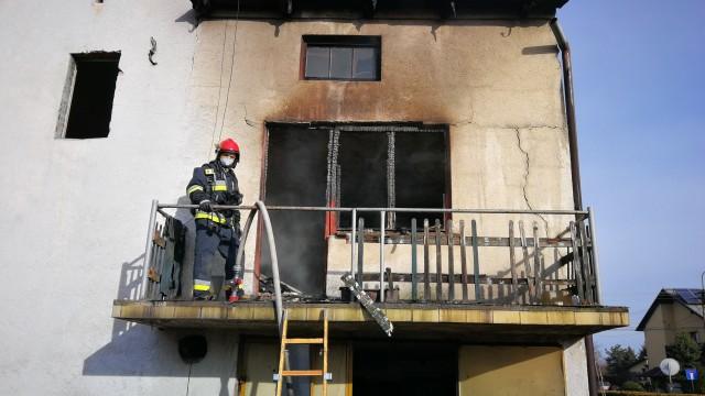 Pożar budynku mieszkalnego w Babicach. Jedna osoba poparzona – ZDJĘCIA, FILM!