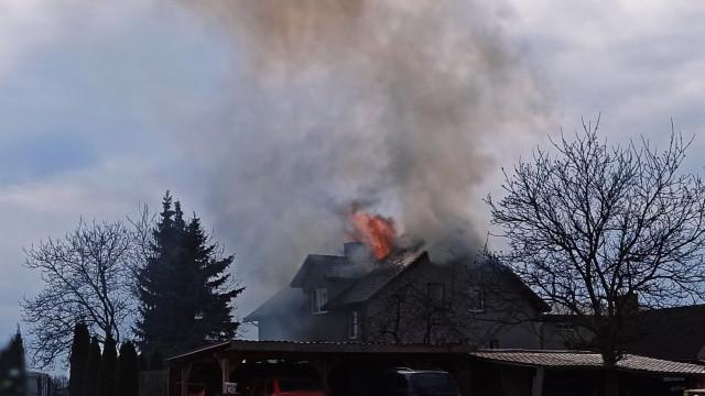 Pożar budynku mieszkalnego w Porębie Wielkiej – ZDJĘCIA, FILM!