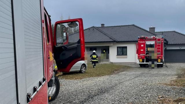 Pożar budynku w Kętach. Jeden z mieszkańców nieprzytomny, na miejsce leci śmigłowiec LPR – ZDJĘCIA!