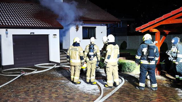 Pożar budynku w Zatorze. Działania prowadziło kilka jednostek straży pożarnej – ZDJĘCIA!