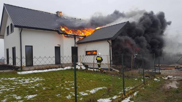 Pożar domu w Leńczach. Pierwsze działania przeprowadził strażak PSP Oświęcim będący po służbie ! ZDJĘCIA !
