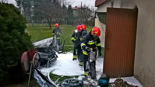 Pożar garażu w Oświęcimiu, zapalił się samochód – ZDJĘCIA, FILM!