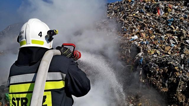 Pożar na składowisku odpadów w Brzeszczach – ZDJĘCIA!