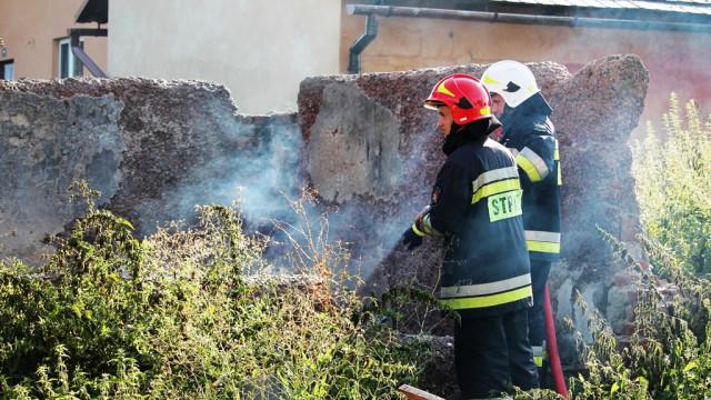 Pożar odpadów w sąsiedztwie budynków mieszkalnych. ZDJĘCIA !