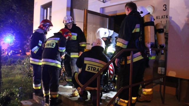 Pożar piwnicy w Kętach. 4 osoby poszkodowane a kilkanaście ewakuowanych.FILM, ZDJĘCIA!